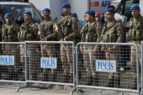 Policiais patrulham perímetro de um edifício que desabou, em Izmir, Turquia, 2 de novembro de 2020 [Ozan Kose/AFP via Getty Images]