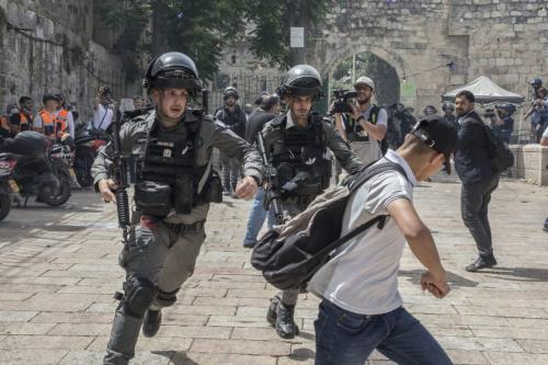 A polícia israelense correu atrás de um manifestante palestino na Mesquita de Al-Aqsa durante o 'Dia de Jerusalém' em Israel em 10 de maio de 2021, em Jerusalém, Israel [Laurent Van Der Stockt/Getty Images]