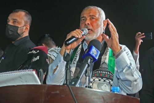 O chefe do gabinete político do Hamas, Ismail Haniyeh, dirige-se a apoiadores durante um comício em solidariedade aos palestinos do lado de fora da Mesquita Imam Muhammad Abdel-Wahhab do Catar, na capital Doha, em 15 de maio de 2021 [Karim Jaafar/AFP via Getty Images]