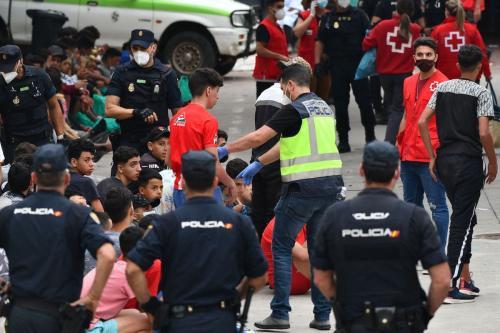 Refugiados menores de idade aguardam teste para covid-19 ao chegar na cidade de Ceuta, território da Espanha, em 19 de maio de 2021 [Antonio Sempere/AFP via Getty Images]
