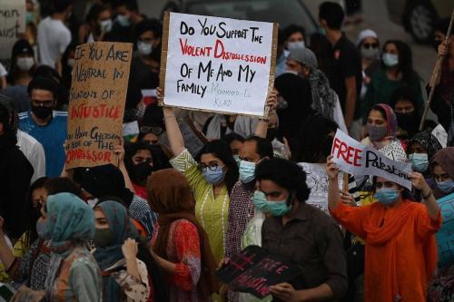 Ativistas da sociedade civil seguram cartazes e marcham enquanto participam de uma manifestação em apoio à Palestina durante um protesto anti-Israel, em Islamabad, em 20 de maio de 2021. [AAMIR QURESHI / AFP via Getty Images]