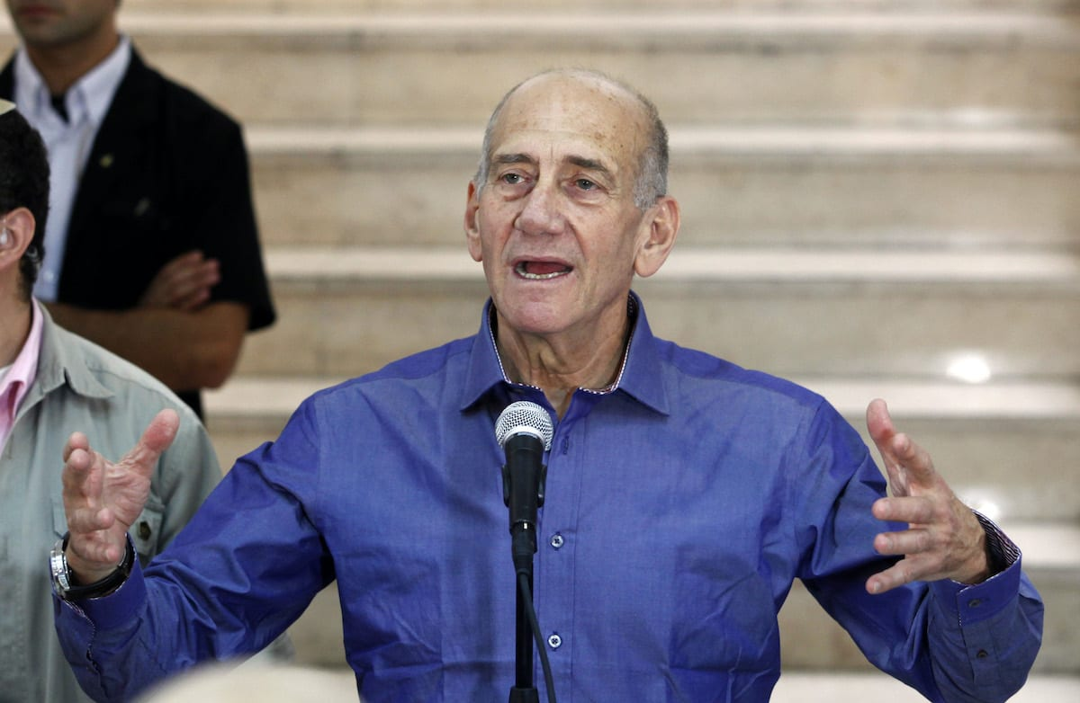 Ex-Primeiro-Ministro de Israel Ehud Olmert em coletiva de imprensa na Corte Distrital de Jerusalém, em 10 de julho de 2012 [Gali Tibbon/AFP/GettyImages]