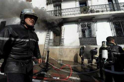 Bombeiros argelinos trabalham no local de um incêndio em Argel em 19 de dezembro de 2012 [Farouk Batiche/ AFP via Getty Images]