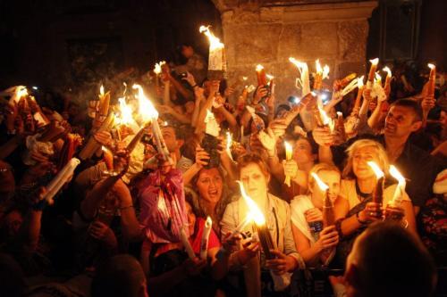 Fiéis cristãos participam da cerimônia do Fogo Sagrado, na Igreja do Santo Sepulcro, em Jerusalém ocupada, 4 de maio de 2013 [Lior Mizrahi/Getty Images]
