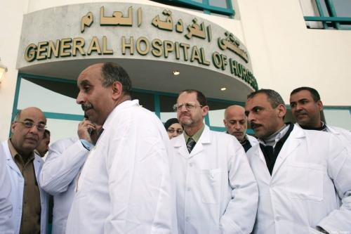 Médicos egípcios em frente ao Hospital Geral em Hurghada, Egito, 14 de fevereiro de 2020 [Marco Di Lauro/Getty Images]