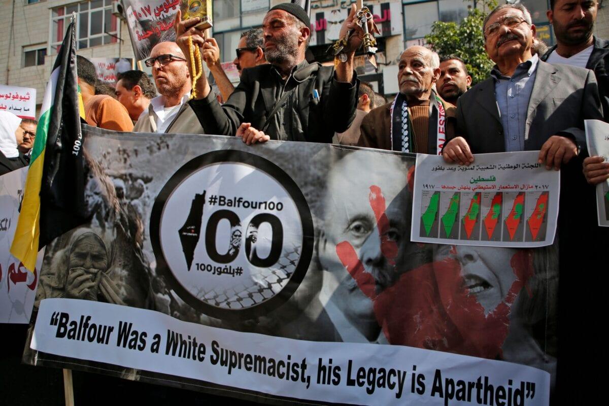 Palestinos protestam no centésimo aniversário da Declaração de Balfour, promulgada pelo mandato colonial britânico em favor de um futuro estado judaico na Palestina, no centro de Ramallah, Cisjordânia ocupada, 2 de março de 2017 [Abbas Momani/AFP via Getty Images]