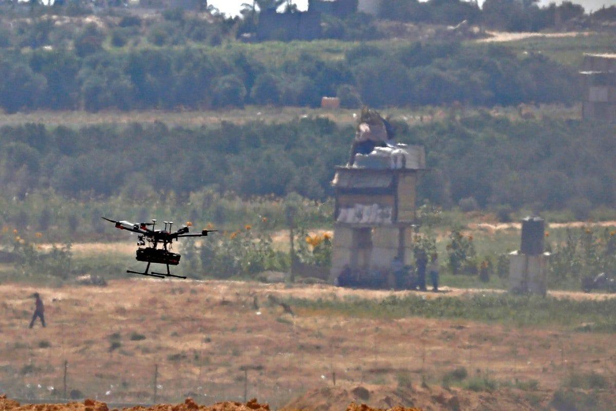 Esta foto tirada do kibutz de Israel no sul de Nahal Oz, do outro lado da fronteira com a Faixa de Gaza, mostra um drone do exército israelense voando sobre os manifestantes palestinos em 8 de junho de 2018 [Jack Guez/ AFP via Getty Images]