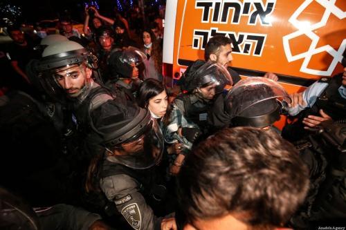 Forças israelenses prendem uma mulher palestina durante protestos em Sheikh Jarrah, após o governo da ocupação ordenar a expulsão de famílias palestinas de suas casas, em Jerusalém Oriental, 5 de maio de 2021 [Mostafa Alkharouf/Agência Anadolu]