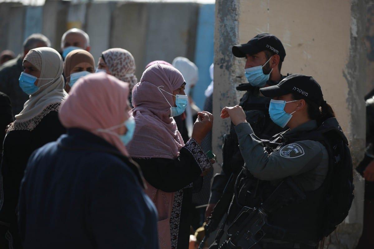 Forças israelenses no posto de controle de Qalandiya de Ramallah a Jerusalém com fiéis que desejam participar da oração de sexta-feira na Mesquita de Al-Aqsa, em 16 de abril de 2021 [Issam Rimawi/Agência Anadolu]