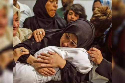 Uma mãe palestina abraça o corpo de seu filho, que foi morto em um dos ataques israelenses na Faixa de Gaza [Fecribaki/ Twitter]