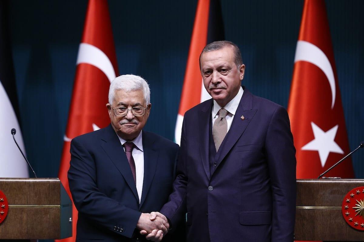 O presidente da Turquia, Recep Tayyip Erdogan (dir.) e o presidente da Palestina, Mahmoud Abbas (esq.), dão uma entrevista coletiva conjunta em Ancara, Turquia, em 28 de agosto de 2017 [Mehmet Ali Özcan/Agência Anadolu]