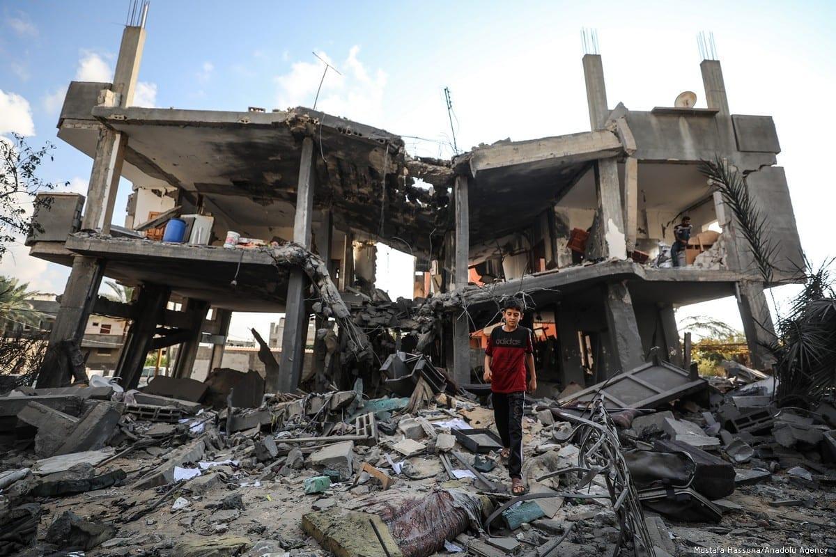 Menino palestino caminha entre os escombros de sua casa depois que ela foi destruída por ataques aéreos israelenses em Gaza em 14 de novembro de 2018 [Agência Mustafa Hasson / Anadolu]