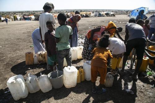 Refugiados etíopes em fuga do conflito na região do Tigré, em território do Sudão, 14 de dezembro de 2020 [Mahmoud Hjaj/Agência Anadolu]