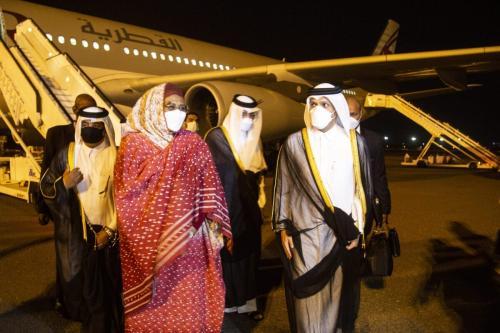 O ministro das Relações Exteriores do Catar, Mohammed bin Abdulrahman Al-Thani (dir.), é recebido pela ministra das Relações Exteriores do Sudão, Mariam Sadiq Al-Mahdi (esq.), em sua chegada a Cartum, Sudão, em 24 de maio de 2021 [Mahmoud Hjaj/Agência Anadolu]