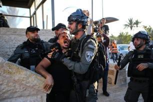 Polícia israelense reprime protesto palestino contra violações de extremistas judeus à comunidade islâmica, no Portão de Damasco, na Cidade Velha de Jerusalém, 19 de junho de 2021 [Mostafa Alkharouf/Agência Anadolu]