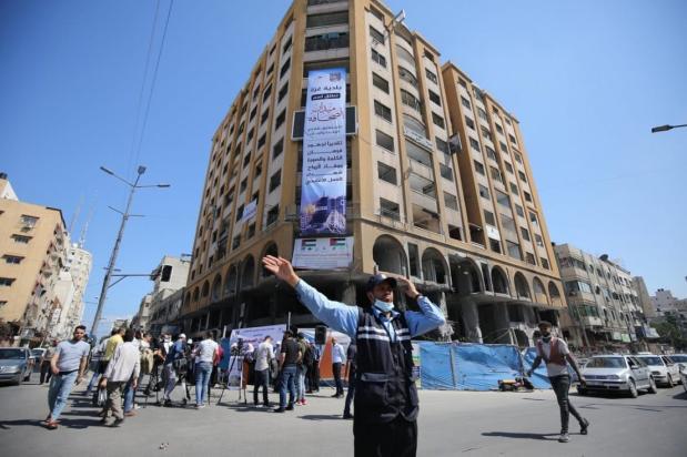 Fórum de Mídia Palestina lança a Praça Sahafa (Praça do Jornalismo) em frente às ruínas da Torre al-Jawhara, que continha escritórios de imprensa, em Gaza, 23 de junho de 2021 [Mohammed Asad/Monitor do Oriente Médio]
