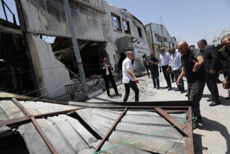 Autoridades inspecionam as ruínas da Cidade Industrial de Gaza, que foi destruída pelos ataques aéreos de Israel, 10 de junho de 2021 [Mohammed Asad/Monitor do Oriente Médio]
