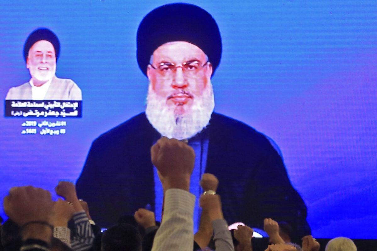 Apoiadores de Hassan Nasrallah, líder do movimento libanês Hezbollah, assistem seu discurso em uma mesquita nos subúrbios de Beirute, capital do Líbano, 1° de novembro de 2019 [AFP/Getty Images]