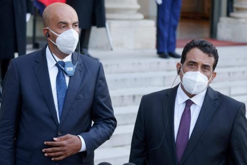 Os líderes interinos da Líbia, Musa al-Koni (esq.) e Mohamed El-Menfi, conversaram com a imprensa após seu encontro com o presidente francês no Palácio presidencial do Elysee em Paris, em 23 de março de 2021 [Ludovic Marin/AFP via Getty Images]
