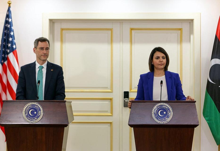 Joey Hood, alto funcionário do Departamento de Estado dos EUA, e Najla al-Mangoush, ministra das Relações Exteriores da Líbia, durante uma visita do enviado dos EUA à Líbia, em 18 de maio de 2021, em uma demonstração de apoio ao governo de transição do país [AFP via Getty Images]