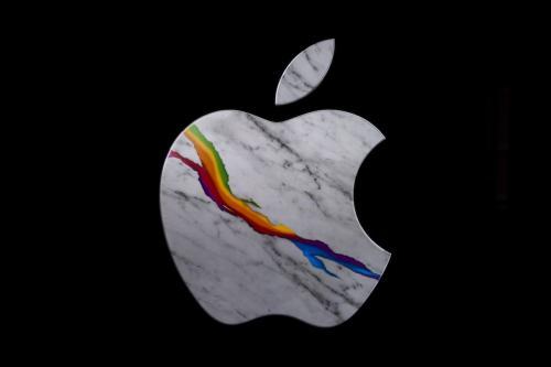 O logotipo da marca Apple na inauguração oficial da nova Apple Store Via Del Corso, em 27 de maio de 2021, em Roma, Itália [Antonio Masiello/Getty Images]