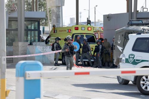 Soldados de Israel são acionados após um suposto ataque no posto de controle de Qalandia, entre Cisjordânia e Jerusalém, 12 de junho de 2021 [Abbas Momani/AFP via Getty Images]