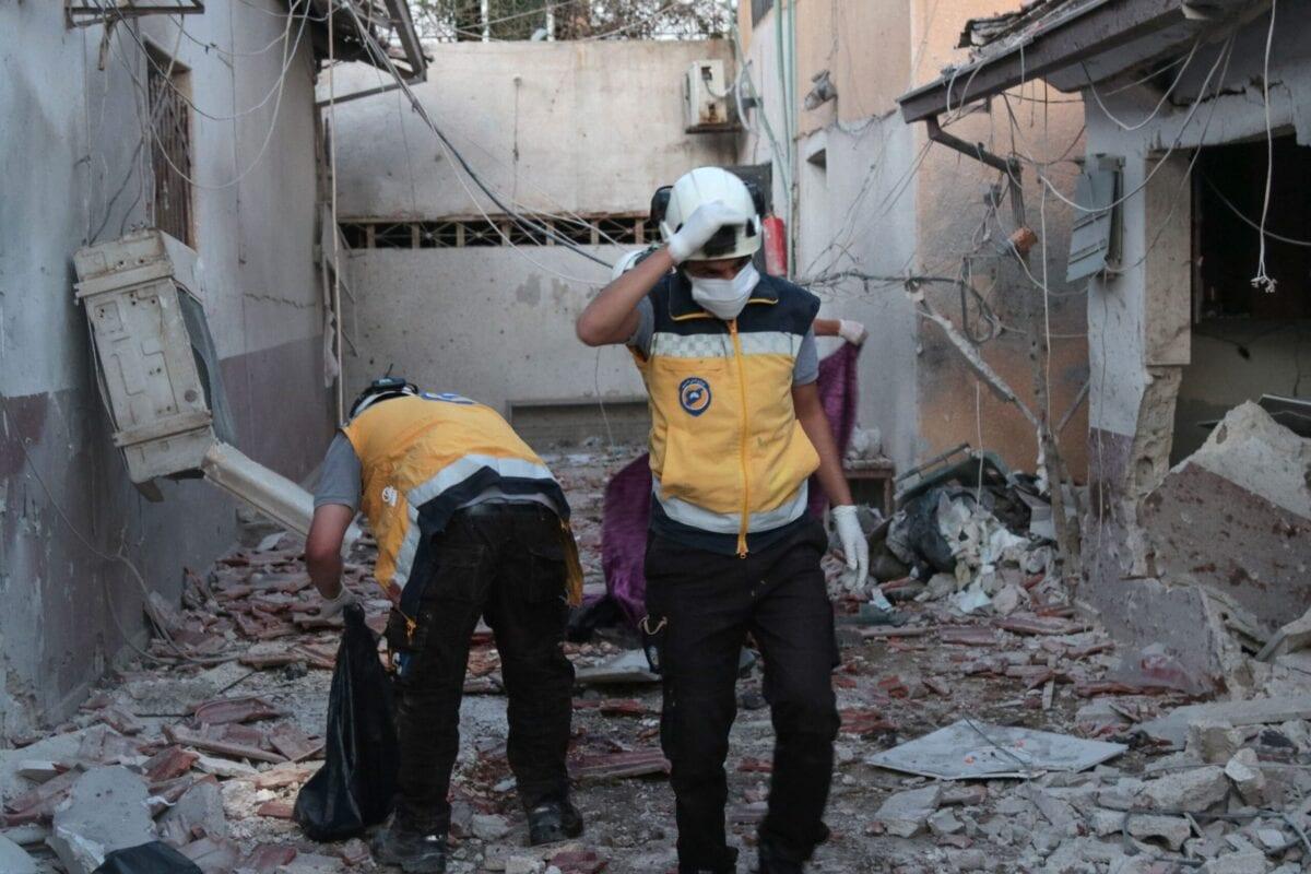 Defesa Civil da Síria (Capacetes Brancos) em meio aos escombros do hospital de al-Shifaa, após ataques de artilharia na cidade de Afrin, norte da Síria, 12 de junho de 2021 [Bakr Alkasem/AFP via Getty Images]