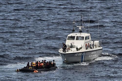 Guarda Costeira da Grécia intercepta um barco de refugiados a caminho da ilha de Lesbos, com origem da Turquia, na região do Mar Egeu, 29 de setembro de 2015 [Aris Messinis/AFP/Getty Images]
