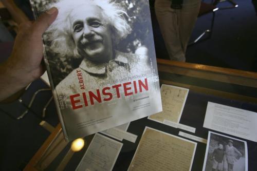 Livro sobre Albert Einstein com cartas e fotos recém divulgadas, na Universidade Hebraica, em Jerusalém ocupada, 10 de julho de 2006 [David Silverman/Getty Images]