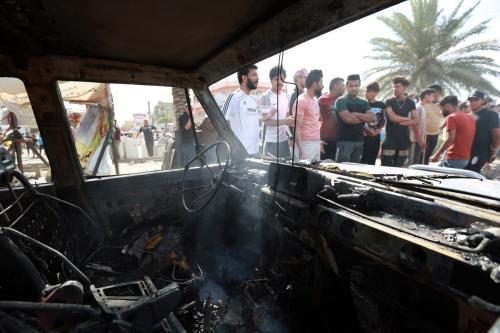 Inspeção depois de uma explosão em veículo na área de al-Habibiya, da cidade de al-Sadr, no leste de Bagdá, Iraque, em 15 de abril de 2021 [Murtadha Al-Sudani /Agência Anadolu]