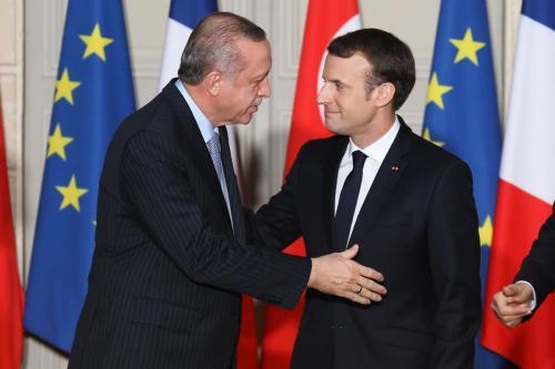 O presidente francês, Emmanuel Macron (dir.), e o presidente turco. Recep Tayyip Erdogan, se cumprimentam durante uma coletiva de imprensa conjunta em Paris, França, em 5 de janeiro de 2018 [Ludovic Marin/AFP/Getty Images]