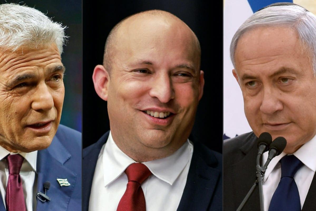 Yair Lapid do partido Yesh Atid (Há Futuro) durante entrevista em Jerusalém, 7 de março de 2021; Naftali Bennett do Yamina (Direita) durante coletiva de imprensa em Jerusalém, 15 de março de 2021; e premiê israelense Benjamin Netanyahu do partido Likud durante cerimônia do Dia da Memória de Israel, em Jerusalém, 13 de abril de 2021 [Gil Cohen-Magen, Menahem Kahana, Debbie Hill/AFP via Getty Images]