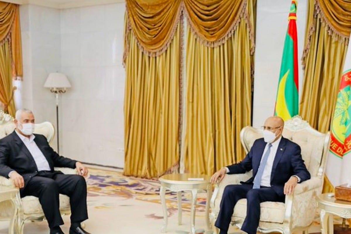 Sidi Mohamed Ould Maham (à direita), ex-ministro mauritano, e Ismail Haniyeh, líder do Hamas, em 21 de junho de 2021 [Sidi Mohamed Ould Maham/Twitter]