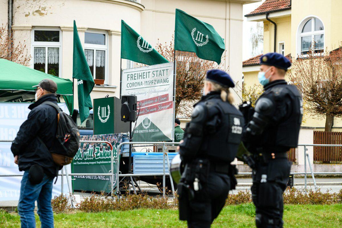 A polícia de choque garante uma manifestação do partido político de extrema direita da Terceira Via (III. Weg), em 1º de maio de 2021, em Plauen, Alemanha [Jens Schlueter/Getty Images]