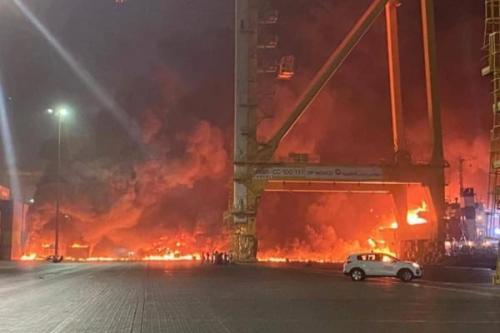 Explosão provoca incêndio no porto de Jebel Ali, em Dubai [Mídia Social]