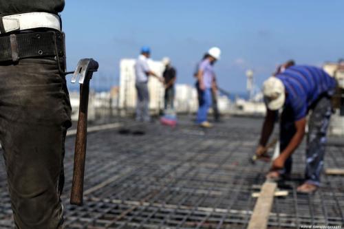 Trabalho palestino em um canteiro de obras, em 9 de setembro de 2013 [Ashraf Amra/Apaimages]