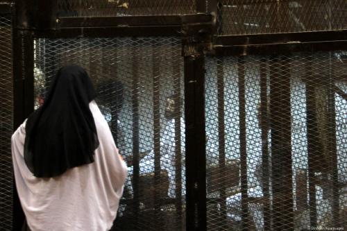 Parentes de pessoas na prisão falam através das grades em um tribunal no Cairo em 9 de agosto de 2015 [Stringer / Apaimages]