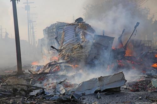 Grande explosão na capital Mogadíscio, Somália, em 14 de outubro de 2017 [Sadak Mohamed/Agência Anadolu]