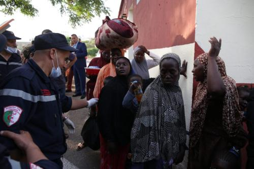 Refugiados africanos deixam um campo de refugiados na região de Zeralda, subúrbio de Argel, em 28 de junho de 2018 [Farouk Batiche/Agência Anadolu]