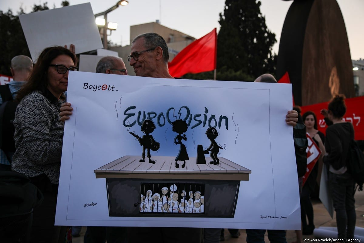 Manifestantes demandam o fim do bloqueio a Gaza, durante o Eurovision, em Tel Aviv, 14 de maio de 2019 [Faiz Abu Rmeleh/Agência Anadolu]
