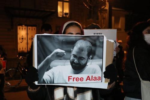 Manifestantes e ativistas de direitos humanos se reúnem em frente à Assembleia Nacional para protestar contra a visita do presidente egípcio, Abdel-Fattah el-Sissi, à França, em Paris, em 8 de dezembro de 2020 [Alaattin Doğru/Agência Anadolu]