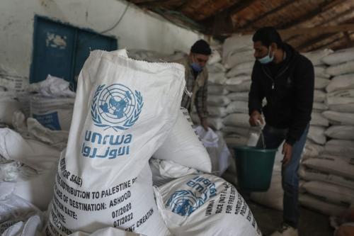 Trabalhadores da Agência das Nações Unidas de Assistência aos Refugiados da Palestina (UNRWA) preparam pacotes assistenciais destinados a famílias de Gaza, em 14 de janeiro de 2020 [Ali Jadallah/Agência Anadolu]