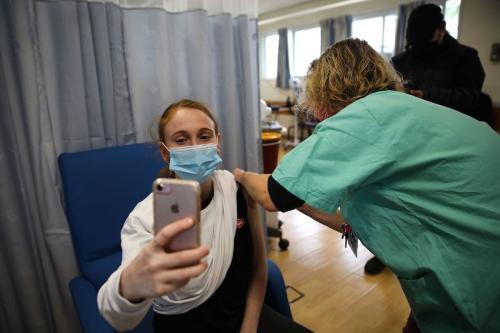 Cidadã israelense é vacinada contra o covid-19 no Centro Médico Shamir, em Tel Aviv, 28 de janeiro de 2021 [Mostafa Alkharouf/Agência Anadolu]