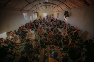 Sírios, aqueles que foram forçados a deixar suas casas devido aos ataques do regime de Assad, realizam a oração de Eid al-Adha em uma mesquita