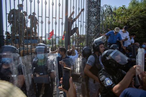 Forças de segurança fecham o parlamento tunisiano; apoiadores e oponentes do presidente Kais Saied protestam contra suas recentes medidas descritas como golpe, em Túnis, Tunísia, 26 de julho de 2021 [Nacer Talel/Agência Anadolu]