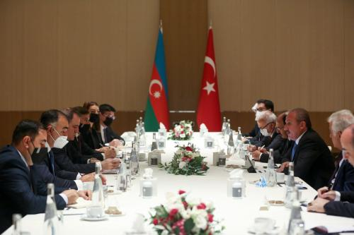 Mustafa Sentop (segundo à direita), presidente do parlamento turco, encontra-se com o chanceler azeri Jeyhun Bayramov (terceiro à esquerda) em Baku, capital do Azerbaijão, 28 de julho de 2021 [Orhan Karsli/Agência Anadolu]