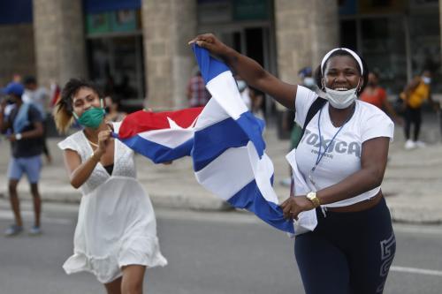 1 - Apoiadores do governo se reúnem em frente ao edifício do Capitólio Nacional para apoiar o presidente cubano Miguel Díaz-Canel, em Havana, Cuba, em 12 de julho de 2021 [Yander Zamora/Agência Anadolu]