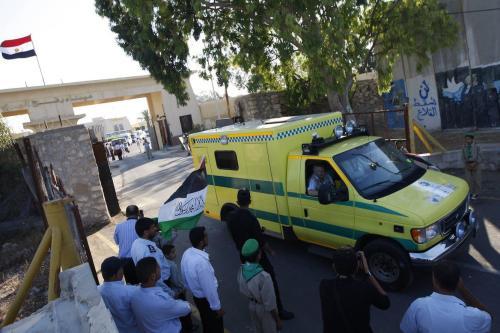 """Um comboio de """"Miles of Smiles 3"""" transportando ajuda médica para Gaza cruza a passagem de Rafah para o sul da Faixa de Gaza vindo do Egito, em 19 de junho de 2011 [Disse Dhatib/AFP via Getty Images]"""