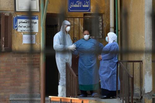 Profissionais de saúde na unidade de doenças contagiosas do hospital de Imbaba, durante a pandemia de coronavírus, no Cairo, capital do Egito, 19 de abril de 2020 [Ahmed Hasan/AFP via Getty Images]
