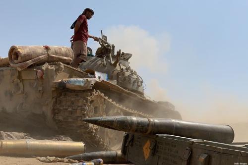 Combatente fiel ao Conselho Separatista de Transição do Iêmen do Sul (STC) no topo de um tanque em meio a confrontos com forças governamentais apoiadas pela Arábia Saudita para o controle de Zinjiba, em 23 de maio de 2020 [NABIL HASAN/AFP via Getty Images]